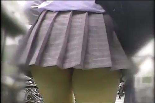 【可愛い女の子のパンチラ】グレーのスカートの女の子。パンチラしながら街中を闊歩!
