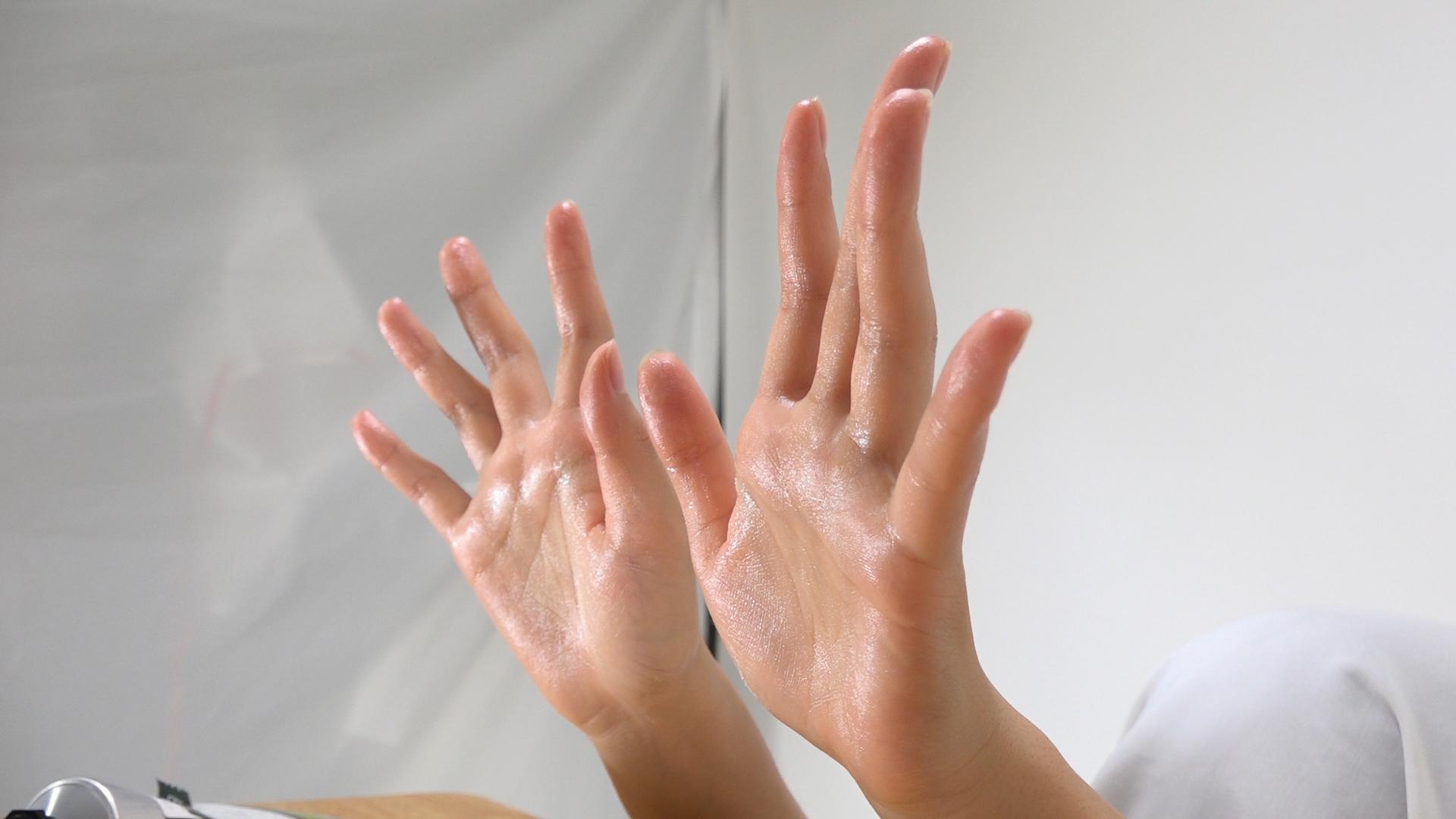 女性の水とハンドクリームで濡れた手フェチ